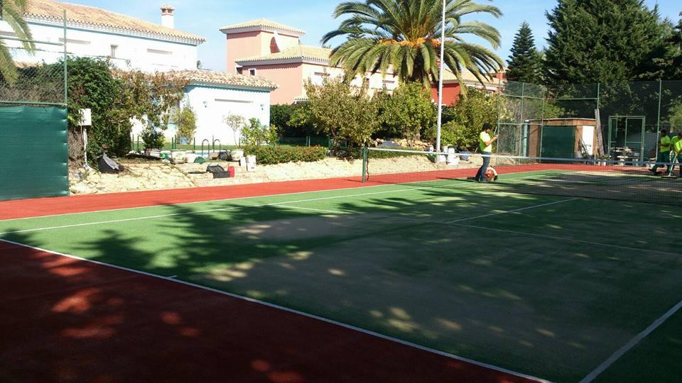 Instalación de cesped artificial en pista de tenis en Benahavís