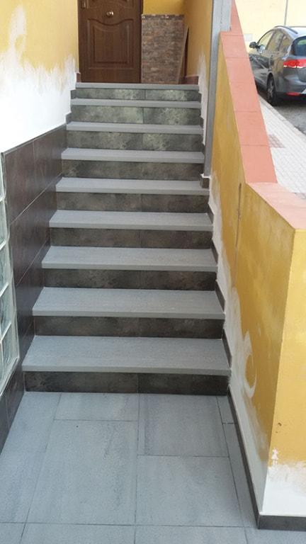 Colocación revestimiento escalera